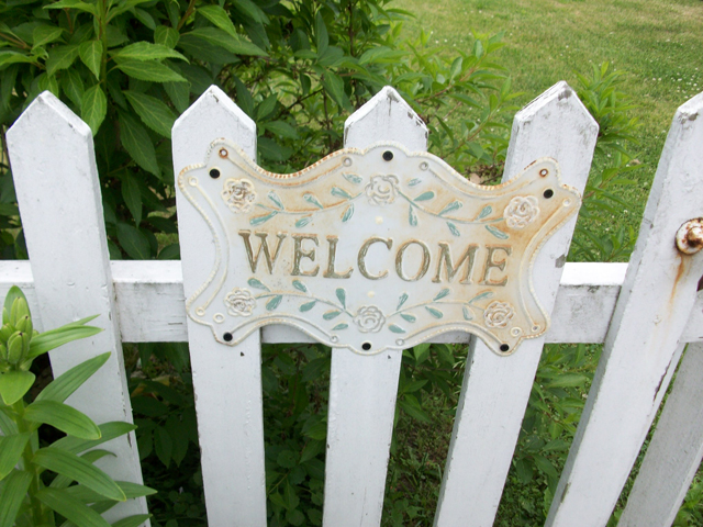 Welcome_on_garden_gate